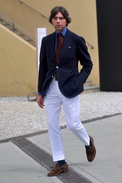 Marineblå blazer, hvide bukser med høje opslag og brune hyttesko i ruskind